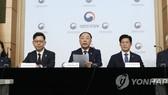 Bộ trưởng Tài chính Hàn Quốc Hong Nam-ki phát biểu tại cuộc họp báo tại Bộ Ngoại giao ở trung tâm Seoul, ngày 25-10-2019. Ảnh: YONHAP