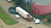 Cảnh sát phong tỏa chiếc xe container chở hàng chứa 39 thi thể ở hạt Essex, miền Đông Anh, ngày 23-10-2019. Ảnh: AP/TTXVN
