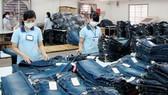 Sản xuất quần jean xuất khẩu. Ảnh: MỸ HẠNH