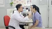 Bác sĩ Bệnh viện Đa khoa Sài Gòn khám mắt  cho bệnh nhân bị đục thủy tinh thể