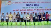 Đồng chí Huỳnh Thị Xuân Lam và Bí thư Quận ủy quận 10 trao quà cho các gia đình chính sách có hoàn cảnh khó khăn