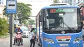Nên có chủ trương chuyển đổi giảm xe buýt lớn, tăng xe buýt cỡ vừa và nhỏ nhằm thích hợp với từng tuyến đường giao thông. Ảnh: ĐỨC TRUNG