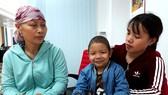 Niềm vui của bà Nguyễn Thị Hạnh và cháu nội Nguyễn Đức Chí Thiện (cùng mắc bệnh ung thư) khi nhận tiền của bạn đọc Báo SGGP giúp đỡ