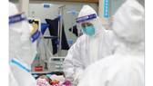 Hình ảnh được tải lên phương tiện truyền thông xã hội vào ngày 25-1-2020 bởi cho thấy các nhân viên y tế đến thăm một bệnh nhân ở Vũ Hán, Trung Quốc. Ảnh: Bệnh viện Trung ương Vũ Hán/WEIBO/REUTERS