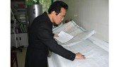 Cựu chiến binh Trần Đình Huân kiểm tra hồ sơ và đối chiếu thông tin liệt sĩ