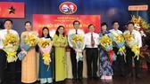 Đồng chí Nguyễn Thị Lệ, Phó Bí thư Thành ủy, Chủ tịch HĐND TPHCM tặng hoa chúc mừng Đại hội Đảng bộ Chi cục Thuế quận 10. Ảnh: KIỀU PHONG