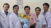 Bác sĩ Nguyễn Thanh Phong (thứ 2 từ phải sang)  cùng bệnh nhân nhiễm Covid-19 xuất viện