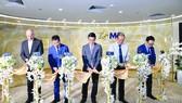 Các đại biểu cắt băng ra mắt Dịch vụ Ngân hàng Cao cấp Chuyên biệt MB Private