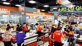 khách hàng đang mua sắm tại Satramart Củ Chi