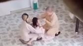 Hình ảnh sư cô ở chùa Long Nguyên (quận 4, TPHCM) hành xử bạo lực một tiểu ni, khiến dư luận bức xúc.Ảnh cắt từ clip