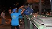 Các chư tăng, phật tử chùa Liên Hoa (quận 11, TPHCM) dọn vệ sinh trên địa bàn dân cư