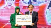 NGND.PGS.TS Hồ Thanh Phong (bìa phải) – Hiệu trưởng HIU trao học bổng cho Siêu trí tuệ Lương Tuấn Phi
