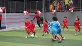 Các bé được rèn luyện sự dẻo dai và tinh thần tập thể trong bộ môn được nhiều người yêu thích - bóng đá