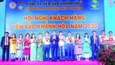 Ông Nguyễn Anh Hùng - Chủ tịch HĐTV Công ty Yến Sào Khánh Hòa Khánh Hòa (thứ 8 từ trái sáng) chụp hình lưu niệm cùng với các đại lý, nhà phân phối tiêu biểu