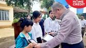 Đại diện Home Credit Việt Nam trao chứng nhận học bổng cho các em học sinh khó khăn