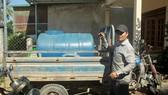 Anh Lê Văn Huy chở nước miễn phí cho người dân vùng hạn