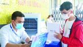 Thí sinh nộp hồ sơ xét tuyển học bạ tại Trường Đại học Nguyễn Tất Thành