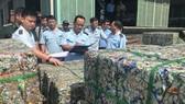 Cơ quan chức năng kiểm tra hàng phế liệu tại cảng Cát Lái (TPHCM)