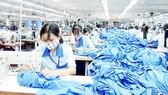 Sản xuất hàng thể thao xuất khẩu vào EU tại Công ty Garmex Sài Gòn. Ảnh: MỸ HẠNH