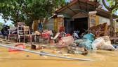 Người dân ở thị trấn Kiến Giang, huyện Lệ Thủy, Quảng Bình dọn dẹp nhà cửa sau khi lũ rút. Ảnh: MINH PHONG