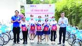 Chi đoàn thanh niên Công ty XSKT TPHCM trao xe đạp cho con của người bán vé số lẻ hiếu học có hoàn cảnh khó khăn và đạt thành tích trong học tập năm 2020