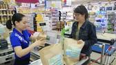 Người tiêu dùng chọn mua ống hút giấy tại Co.opmart
