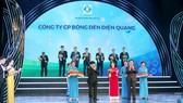 Đại diện Công ty CP Bóng đèn Điện Quang nhận giải thưởng Doanh nghiệp có sản phẩm đạt Thương hiệu quốc gia năm 2020