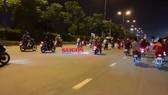 """Nhóm """"quái xế"""" dàn hàng ngang trên Quốc lộ 1 đoạn qua phường Linh Trung, quận Thủ Đức, TPHCM, rạng sáng 5-12-2020. Ảnh minh họa: CHÍ THẠCH"""