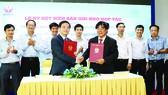 PGS-TS Đỗ Văn Dũng - Hiệu trưởng Trường Đại học Sư phạm Kỹ thuật (phải) và ông Lê Viết Hải - Chủ tịch HĐQT Tập đoàn Xây dựng Hòa Bình ký kết hợp tác
