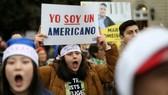 """Người biểu tình giơ biểu ngữ ủng hộ chương trình Daca: """"Tôi là người Mỹ"""". Ảnh minh họa: REUTERS"""
