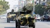 Xe bọc thép của Quân đội Myanmar trên đường phố sau khi quân đội giành chính quyền trong cuộc đảo chính ở Mandalay, Myanmar, ngày 3-2-2021. Ảnh: REUTERS