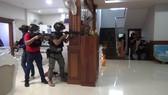 Lực lượng chức năng Campuchia áp sát tiêu diệt nhóm bắt cóc. Ảnh: Sở Hiến binh thành phố Phnom Penh
