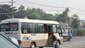 Xe dù đón khách đoạn đối diện cổng Trường Đại học Nông Lâm TPHCM. Ảnh: ĐÌNH LÝ