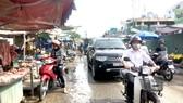 Cảnh nhộn nhịp mua bán, đi lại giữa công trường đang thi công khi chưa có sự can thiệp của lực lượng quản lý trật tự đô thị phường 13, quận Bình Thạnh, TPHCM