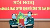Thượng tướng Phan Văn Giang (bên phải) trao quyết định bổ nhiệm cho Trung tướng Trịnh Văn Quyết. Ảnh: Bộ Quốc phòng