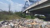 Gầm cầu thành… bãi rác