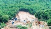 Rừng trên núi Cô Tiên (TP Nha Trang) bị chặt phá trái phép để phân lô bán nền. Ảnh: VĂN NGỌC