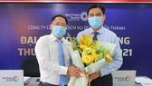 Ông Vũ Đình Quân, nguyên Chủ tịch HĐQT BenThanh Tourist (bên trái) tặng hoa chúc mừng ông Hoàng Tâm Hòa, tân Chủ tịch HĐQT BenThanh Tourist