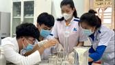 Sinh viên Trường ĐH Công nghệ Miền Đông điều chế và sản xuất nước rửa tay sát khuẩn