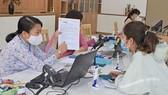 Giải quyết hồ sơ cho người dân tại Bộ phận tiếp nhận và trả kết quả quận 11, TPHCM. Ảnh minh họa: ĐÌNH LÝ