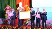 Lãnh đạo huyện Tân Thành nhận nghị quyết của Ủy ban Thường vụ Quốc hội về việc thành lập thị xã Phú Mỹ