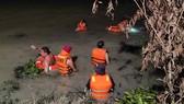 Lực lượng chức năng tìm kiếm nạn nhân trong vụ đuối nước ở hồ Đất Sét