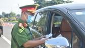 Lực lượng công an kiểm tra giấy đi lại của tài xế di chuyển trên địa bàn TP Vũng Tàu