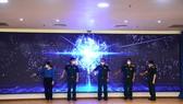 Các đại biểu làm nghi thức khai trương Tổng đài đa kênh