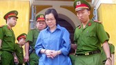 Huỳnh Thị Huyền Như bị đưa về trại tạm giam sau phiên xử sáng 19-12