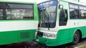 Hai xe buýt dính chặt nhau sau khi né biển quảng cáo rơi xuống đường