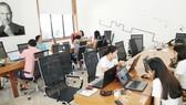 Các bạn trẻ khởi nghiệp đang làm việc tại không gian hỗ trợ khởi nghiệp đổi mới sáng tạo - SIHUB
