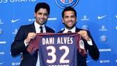 Danie Alves (phải) đã kết duyên cùng PSG.