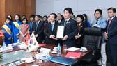 PGS-TS Nguyễn Mạnh Hùng, Hiệu trưởng Trường ĐH Nguyễn Tất Thành trao bằng GS Danh dự cho ông  Jegal Won Young, Chủ tịch Hội đồng nhân dân thành phố Incheon (Hàn Quốc)