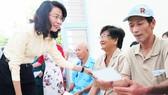 Phó Chủ tịch UBND TPHCM Nguyễn Thị Thu thăm hỏi người có công  ở huyện Nhà Bè. Ảnh: MẠNH HÒA